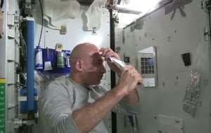 Kel bir adam başını uzayda nasıl yıkar?