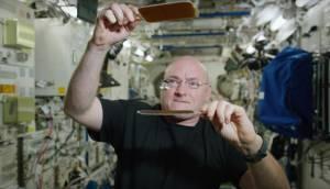 NASA Astronotu Scott Kelly, Uzay Boşluğunda Su Damlacığıyla Pinpon Oynadı