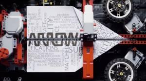 Kağıttan uçak yapıp uçurabilen LEGO robot